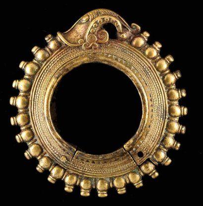 Magnifique bracelet constitué de deux parties. La petite servant de fermeture à clavette. Couronne de petites boules sur le diamètre extérieure, interrompue par une tête de Singa archaïque. Très belle patine d'usage. bronze Indonésie, Sumatra, Batak