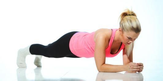 TREN MAGE MED ULLSOKKER: Denne øvelsen trener mage, forside lår og rygg. FOTO: Rolf Ørjan Høgset