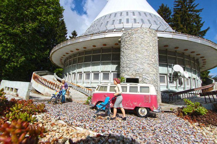 Model telekomunikační věže Ještěd s maminkami a dětmi.