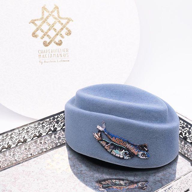 🌟ONE & ONLY 🌟Если ваш внутренний голос говорит, что эта совершено непрактичная, но такая милая и стильная шляпка-таблетка  вам просто необходима, не игнорируйте его: как показывает опыт, обычно именно такие покупки оказываются самыми любимыми. Прислушивайтесь к себе всегда и не отказывайтесь от маленьких удовольствий. 💭_____________________________________________________♦️Цена 10000₽ ♦️Шоурум: Никитский бульвар д.11/12 ( по записи)  ♦️Купить можно по экспресс-ссылке в шапке…