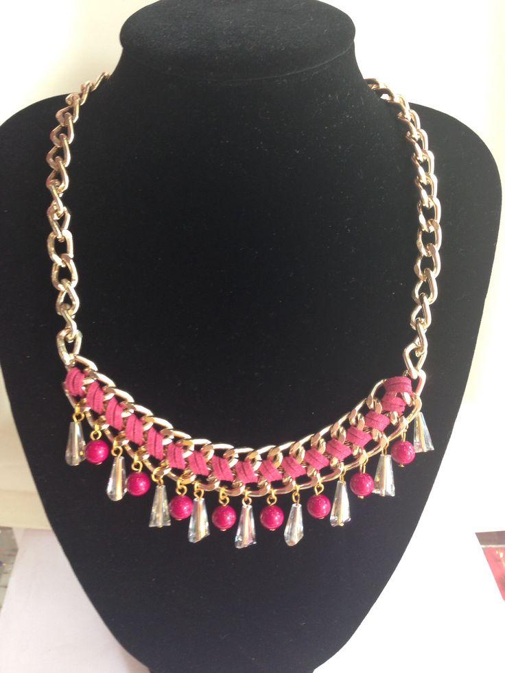 Collar de cadena con gamuza rosa y gotas
