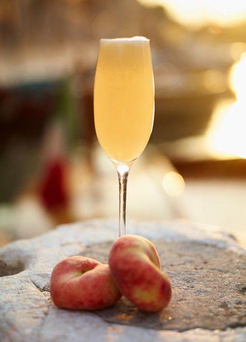 Uno dei più famosi #cocktails italiani, servito in numerose varianti, è stato inventato nel 1948 da Giuseppe Cipriani, capo barista dell'Harry's Bar. #Bellini