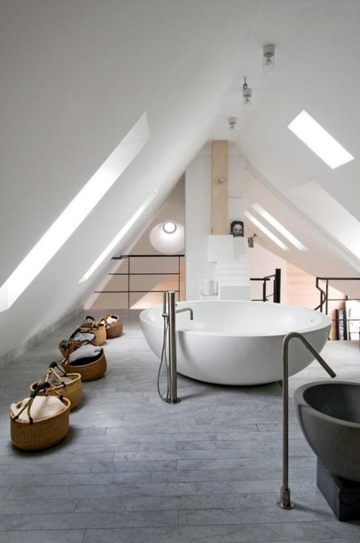 Biała łazienka na poddaszu z dużą okrągłą wanną bez obudowy