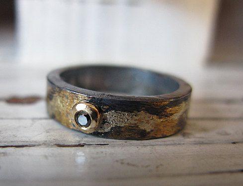 Rustique et riche à la recherche! Cet anneau fait un l'engagement parfait style alternatif ou bande de mariage - ou un anneau de mode urbaine. Ses bords plat le rendent idéal pour les empiler. La bague est faite en argent sterling.925 qui a été donné une finition brossée et