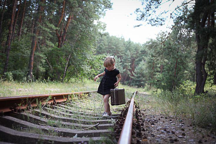 Маленький путешественник #Фотосессия на железной дороге обязательно порадует вас красивыми #фото. Особенно, если вы прихватите с собой соответствующий #реквизит: #чемоданы, зонтик, часы, старинные лампы.... #Детская и семейная #фотосъемка в таком месте будут оригинальны. Красивые наряды мамы и дочки послужат замечательным контрастом грубому металлу. #фотография #фотосет #фотодня #фотопроект #фотоотчет #фотографирую #фотозона #фотофан