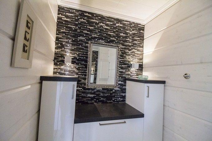 Stylish black and white bathroom. / Mustavalkoista tyyliä kylpyhuoneessa. www.valaistublogi.fi