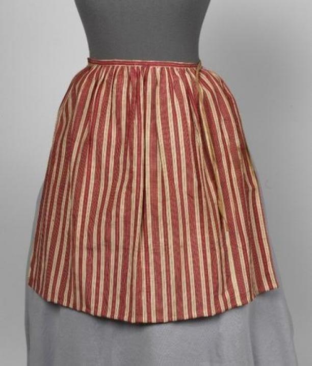18th cent - Meisjesschort van rood wit gestreept linnen zijde, met zalmkleurige strikband | Modemuze