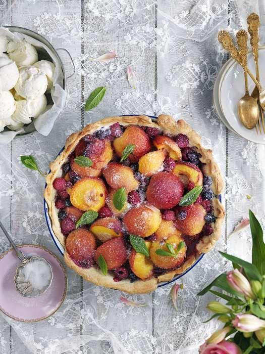 Persikopaj med frysta bär, nektariner och mandelmassa. Så god, fruktig och vacker. Perfekt recept på dessert till sommarmiddag eller till fika!