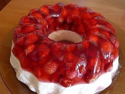 Strawberry jelly with vanilla cream
