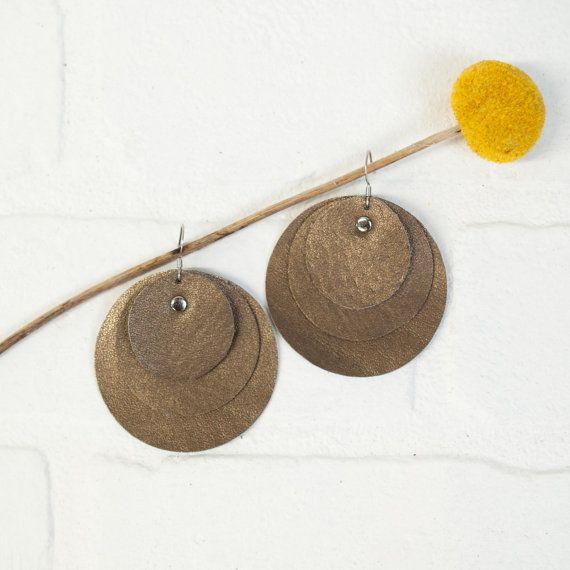 Ces jolies boucles doreilles sont légers comme une plume... ils sont faits de trois couches de super doux pièces recyclées de cuir doré et sont riveté (nickel) sur un fil doreille en acier chirurgical. Le cuir a été adjugé à partir de pièces dune veste en cuir ! Elles mesurent 2 1/2 po de long, y compris le fil de loreille.  Ces boucles doreilles mignon avec vos cheveux vers le haut ou vers le bas, long ou court... les possibilités sont infinies !  Ceux-ci sont fabriqués par mes soins dans…