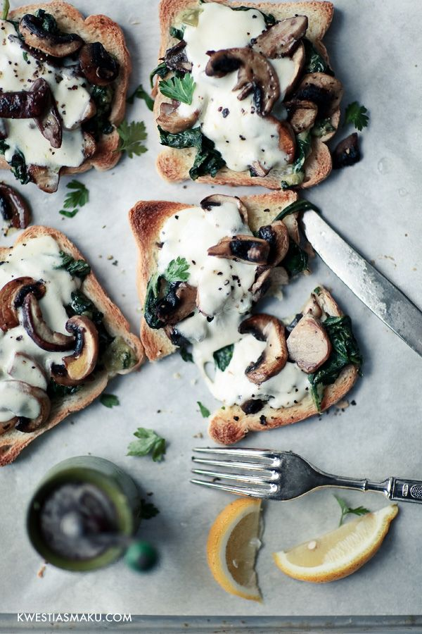 Mozzarela and mushroom toasts // Tosta de mozzarela e cogumelhos
