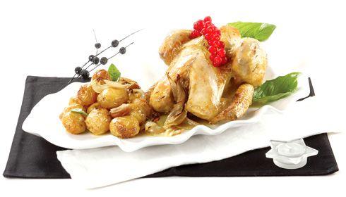 Capão no forno com batatinhas. Este é um prato que nos lembramos de ver e comer em casa dos avós. As batatas e o capão envolvem-se num jogo cromático em tons de dourado, que confirma na primeira garfada: é ouro servido à mesa.