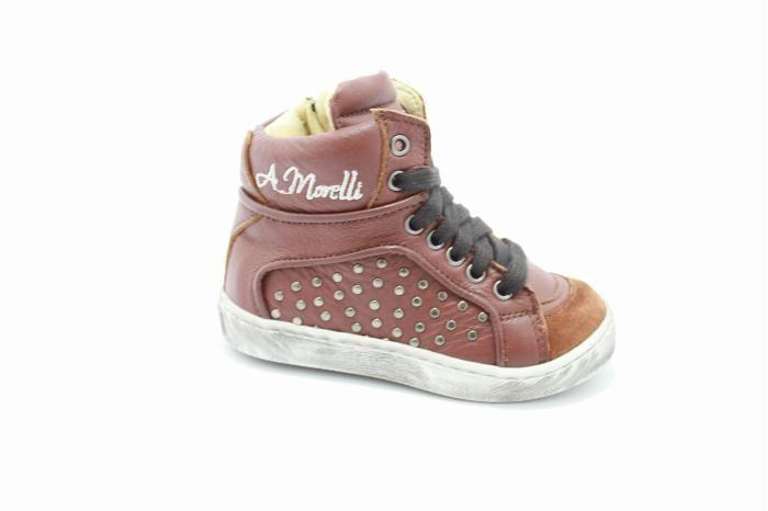 Andrea Morelli kinderschoenen: Half hoog veterschoen met een rits van het merk Andrea Morelli, Cognac leer met aan de buitenkant van de schoen studs.