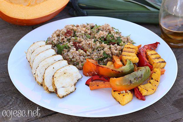 Zdrowy obiad: pieczona pierś z ziołową kaszą i grillowanymi warzywami | Zdrowe Przepisy Pauliny Styś