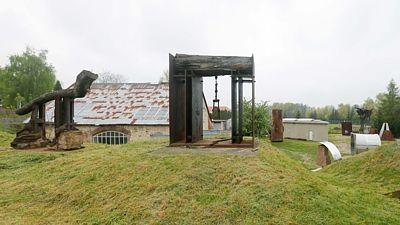 Silný dojem vyvolává návštěva krásné zahrady se sochami. Uprostřed dílo s názvem Velká brána (1992).