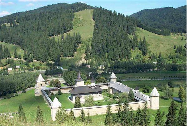manastirea_monastery_sucevita_romania_celendo