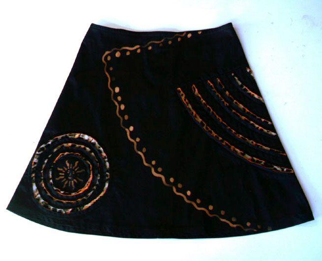 Falda negra con incrustaciones de terciopelo estampado y teñido por oxidación, del año 2012