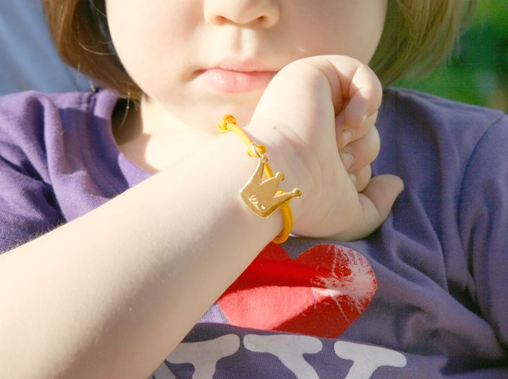 A golden crown for a little queen! Bracelet with colored string: 33£ #lilou #crown #bracelet #colors #string #present
