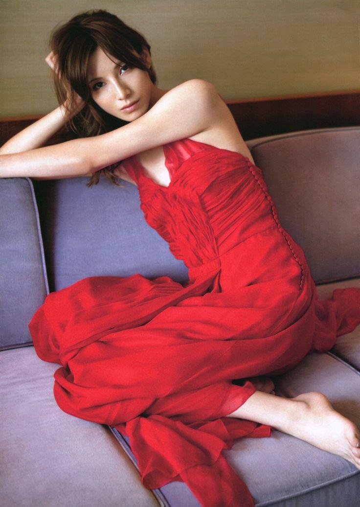 赤いドレスで大人っぽい加藤あい。