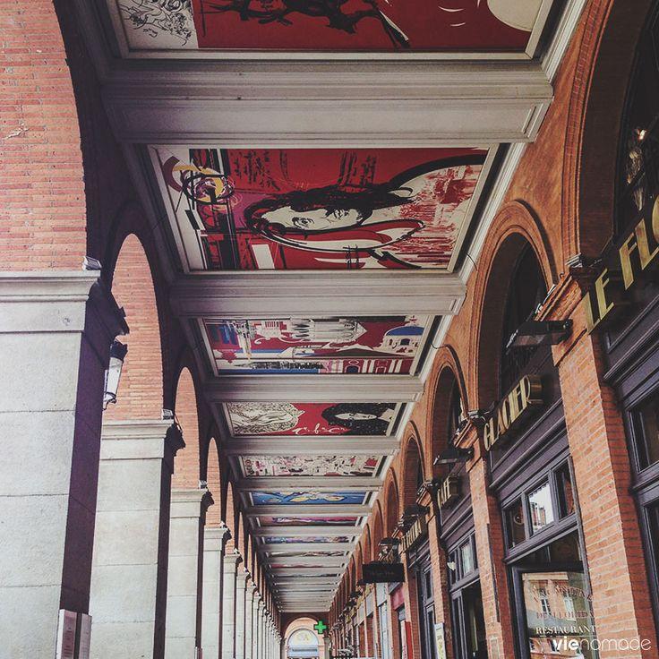 Arcades de la place du Capitole à Toulouse, France