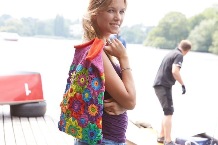 Diese bunte Blütentasche aus Granny Squares genau das Richtige für dich, wenn du gerne farbenfroh durch jede Saison gehen möchtest.