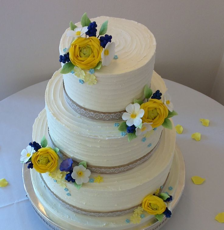 Just loving this cake from Sandra Monger the icing flowers of which perfectly matched the Ranunculus, Grape Hyacinth, Forget-me-nots and Narcissus of the table centres