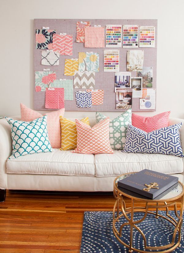 Osez le canapé blanc. Touche estivale: des coussins aux couleurs vives (pour plus de peps) White sofa and bright color cushions. http://mes-envies-deco.overblog.com/2014/08/idee-deco-osez-le-canape-blanc.html