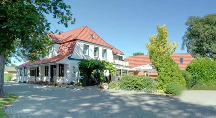 Zum grünen Walde Nordholz This family-run hotel in Nordholz is set next to idyllic woodlands, only 3 km from the North Sea coast and port of Spieka-Neufeld and 2 km from an 18-hole golf course.