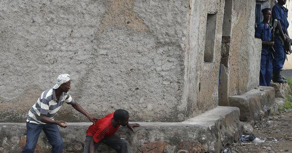 Burundi : La Belgique conseille à se ressortissants de quitter le Burundi, l'UE y réduit sa présence - Le pays est plongé dans une crise politique qui s'est traduite par un coup d'Etat manqué et des violences depuis la décision, en avril, du président, Pierre Nkurunziza, de briguer un troisième mandat de cinq ans. - 13 novembre 15