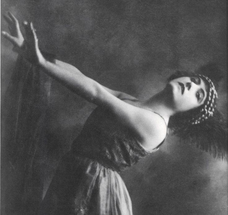 Italian silent film diva - Francesca Bertini  1892-1985.  Most famous for her 1915 Assunta Spina. Other key films: Tosca (1918, lost), Sangue Blu (1914).