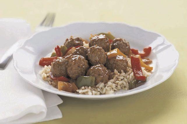 Comment transformer un paquet de boulettes de viande surgelées en un délicieux plat de soir de semaine? Pour le savoir, suivez ces trois étapes toutes simples: vous obtiendrez des boulettes aigres-douces accompagnées de riz en 15minutes chrono. Une recette à adopter!