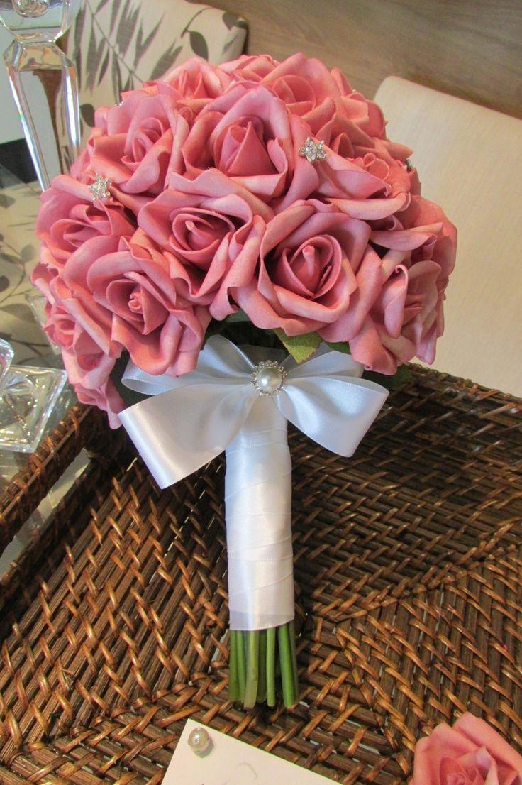 Bouquet fdsponível nas cores:  branco, amarelo, vermelho, rosa-bebê, champagne, lilás, laranja, azul claro,    Lindo Bouquet de rosas em e.v.a. na cor pink, pétalas fininhas como uma pétala de rosa natural, taí a aparência e textura como se fossem naturais!    Bouquet contém aproximadamente 45 ro...