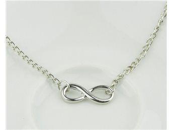 Fint halsband långt med ögla silverfärg NY modernt coolt