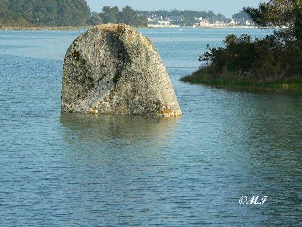 Menhir de Penglaouic à demi immergé à la pleine mer, rivière de Pont-L'Abbé, Finistère moniqueetdany. Brittany