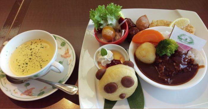 上野公園内の老舗カフェレストラン「上野精養軒カフェラン ランドーレ」の数量限定パンダランチセット。スープ、パンダのパン、ハヤシライス、サラダ、ミートボール、ソーセージ、白身魚のフライ、パンナコッタが付いて1750円はお得かな?