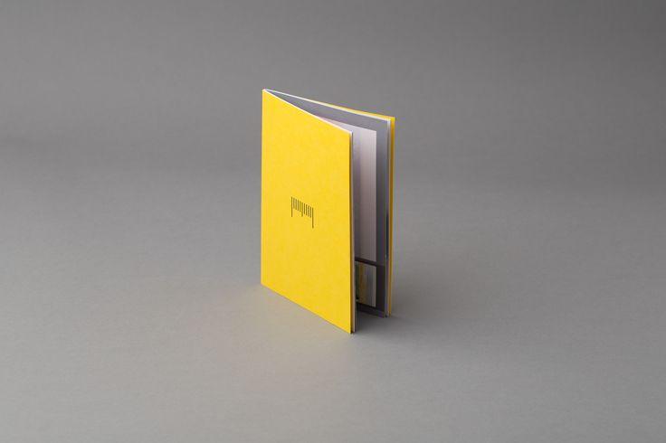 Brosjyre med sort foliepreg på omslaget. #brosjyre