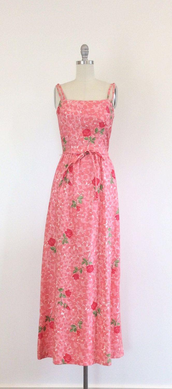 Absoluut mooie jaren eind 60 / begin jaren 70 Hawai maxi jurk van malia. Stellaire roze print ontwerp, bijpassende taille stropdas, een juiste verborgen hip-pocket en langere lengte. Vervaardigd uit katoen middelzwaar en bekleed met het ook. Gewoon te leuk! (Heeft ook een ingebouwde in beha, zodat u niet hoeft te maken over de meisjes - yay!)  | c o n d ik t ik o n |  groot: een paar als lichte pinhole formaat plekken maar niets ook merkbaar.  | m e een s u bent e m e n t s |  past de…
