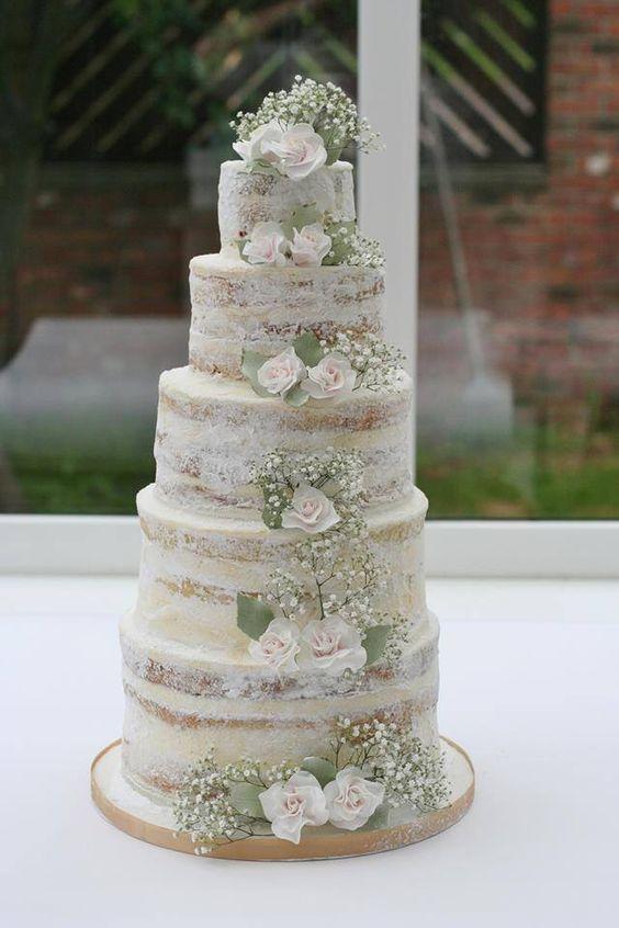 Tendencias en pasteles de bodas 2016: 5 pisos de delicioso pastel semi-desnudo con crema de mantequilla americana. Yummm!! El detalle de las rosas con baby's breath es delicado y romántico.