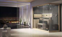 Un vero centro benessere domestico in soli 3 mq! Sasha-Mi è la versione a due moduli composti da cabina sauna e hammam+doccia emozionale, un prezioso scrigno di legno, cristallo e acciaio, ideale per l'ambiente urbano. Il design, intelligente ed ergonomico unito alla tecnologia Jacuzzi®, raggiunge una sintesi formale e funzionale che permette di avere tutti i benefici di un vero centro benessere, dalle dimensioni davvero compatte: 260x120x225cm. Sauna: Interno completamente realizzato in…