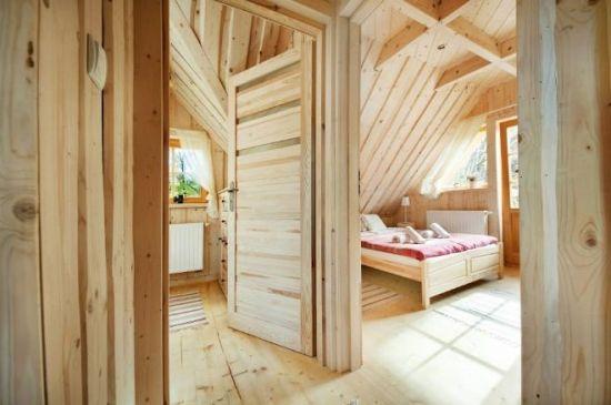 Casa mica din lemn cu 3 camere - proiect detaliat si poze frumoase cu interiorul / Interior cabana integrala din lemn sursa: http://www.renovat.ro