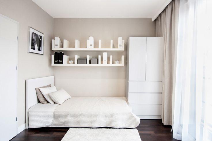 Półeczki nad łóżkiem - mały pokój (?)
