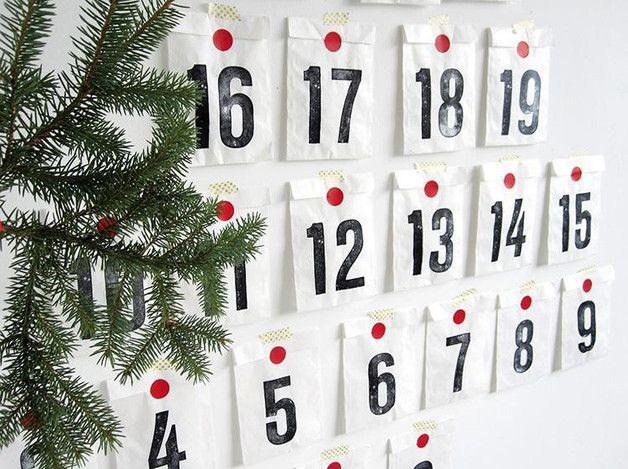 Der Adventskalender besteht aus 24 Papiertüten, in denen 24 Überraschungen hübsch verpackt werden.   Die Tüten sind aus Papier und mit Zahlen versehen und können mit der Kordel an der Wand...
