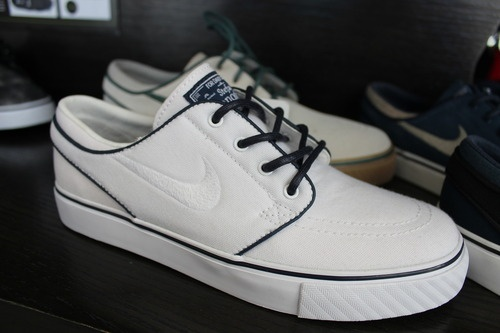 love these Nikes    Tumblr: Running Shoes, Shoes Games, Guys Shoes, Men S Fashion Ss, Men Fashion, Vintage Nike, White Sneakers, Nike Sb, Shoes Shoes