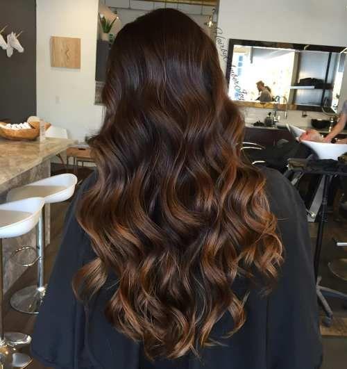 pelo castaño oscuro con reflejos caramelo