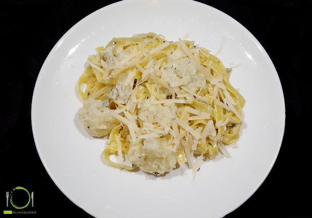 Flexi- of vegetarisch? Een goed gerecht voor een dagje zonder vlees is deze pasta met bloemkoolroosjes en een saus van gorgonzola. Simpel en snel klaar!