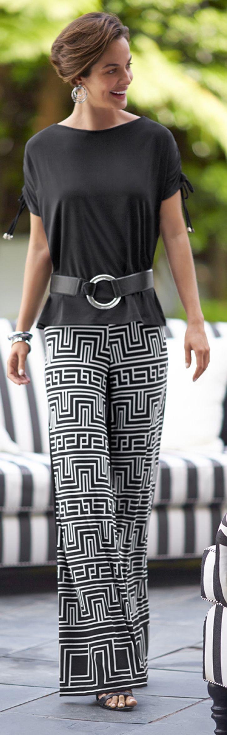 Pantalón palazo con diseño geométricos con blusa en color entero negro y como accesorio una correa, muy linda tenida.