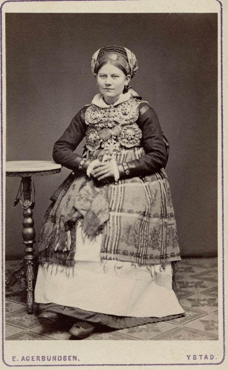 SE Herrestads härad. Brud från Herrestads härad Skåne. Kvinna iklädd folklig bruddräkt. 1870-1920