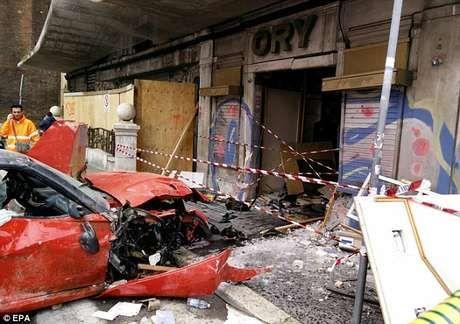 Manobrista confunde o freio e bate Ferrari rara de R$ 1,4 mi +http://brml.co/1ELZbRQ