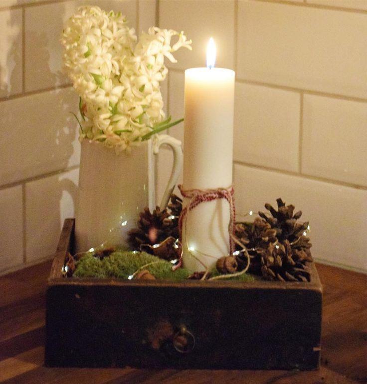 ~ juldekoration~ att hitta en gammal trälåda & dekorera med mossa, ljus, kottar, ekollon och ljusslinga. 💫✨🌟 #antikt #hemljuvahem #wohnen #hyazint #antik #kanna #vit #porslin