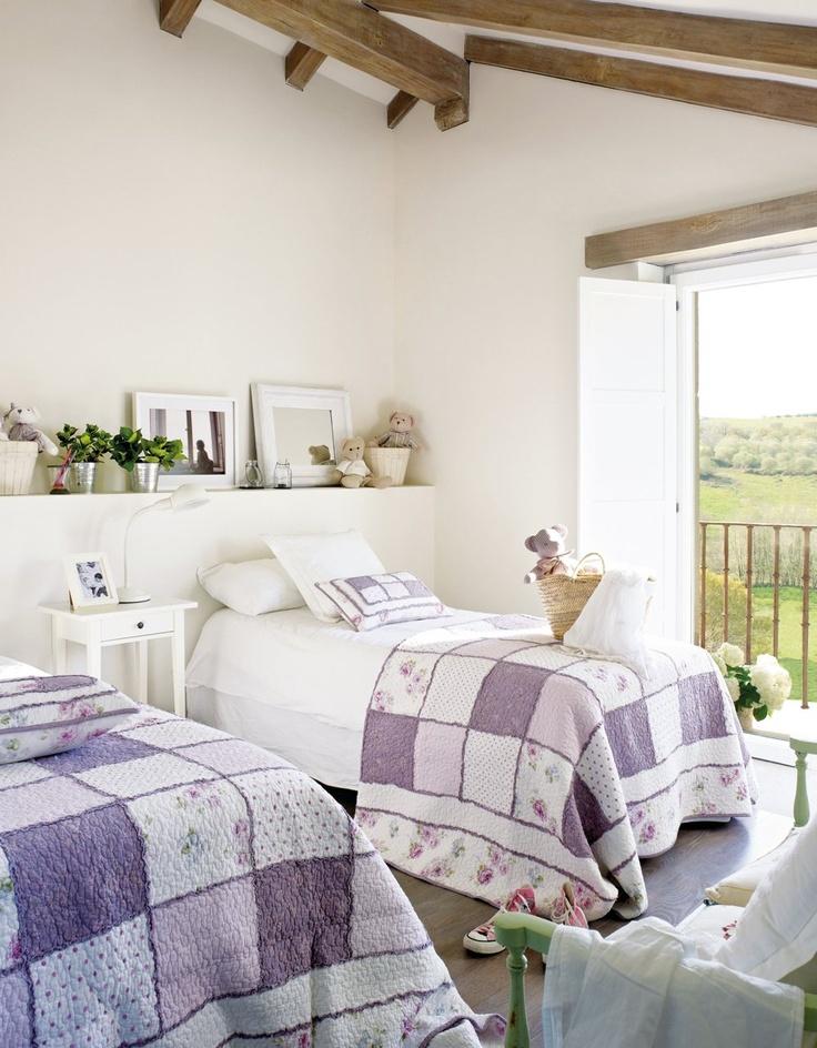 Para dos  Cuando el uso es compartido debe imperar la funcionalidad. Con mucha luz natural, esta habitación dispone de un cabecero con repisa de obra y un banco para compartir. Colchas, en Ópera Prima - Jota. Mesilla y flexo de Ikea.